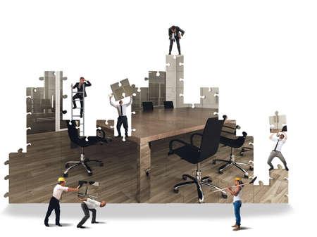 사무실을 구축하기 위해 일하는 비즈니스 팀