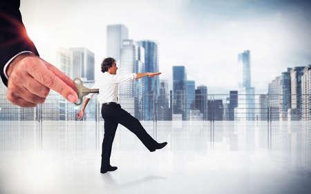 obedecer: El Hombre se mueve con la mano como un títere