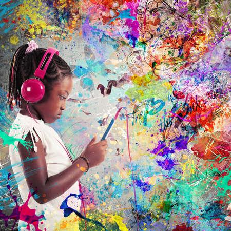 escuchando musica: Niña que escucha la música con los auriculares Foto de archivo