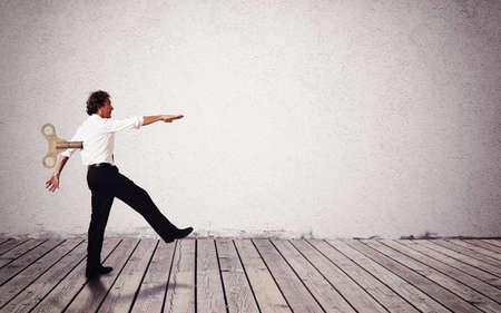 obedecer: El hombre camina como un t�tere con cargo Foto de archivo