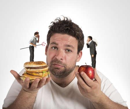 Hombre en dieta con una conciencia culpable Foto de archivo