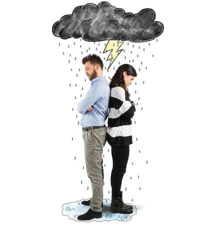 Pareja bajo la nube con rayos y lluvia