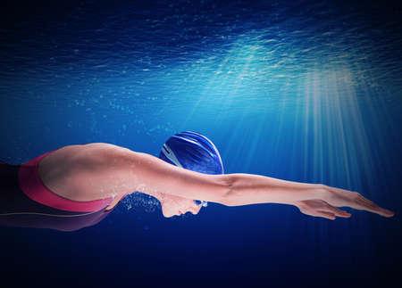 picada: Mujer nadador nada bajo el agua en la apnea Foto de archivo