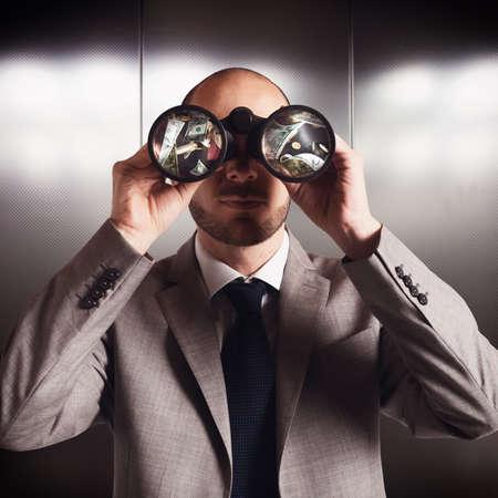 conclusion: Empresario ve y encontrar el dinero con binoculares