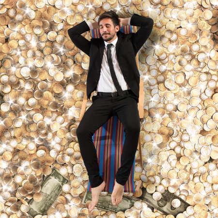 Sorgloser Geschäftsmann, auf dem Deck auf das Geld