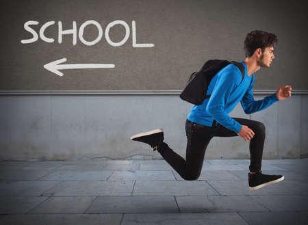 Boy avec sac à dos échappe à l'école