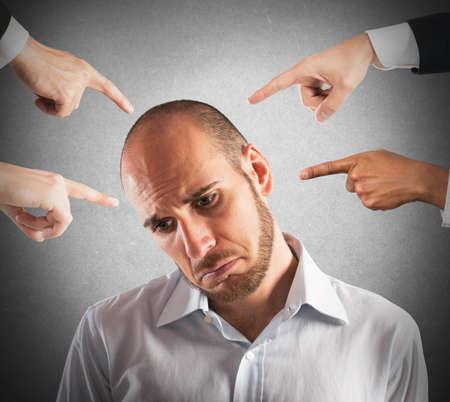 desconfianza: Hombre de negocios con la expresi�n triste mostrado por la gente