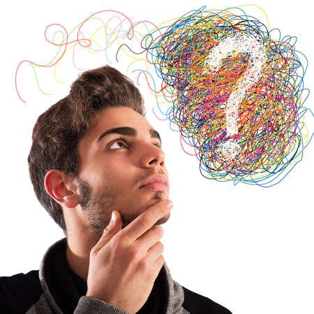 interrogativa: Muchacho con la expresi�n pensativa y signo de interrogaci�n