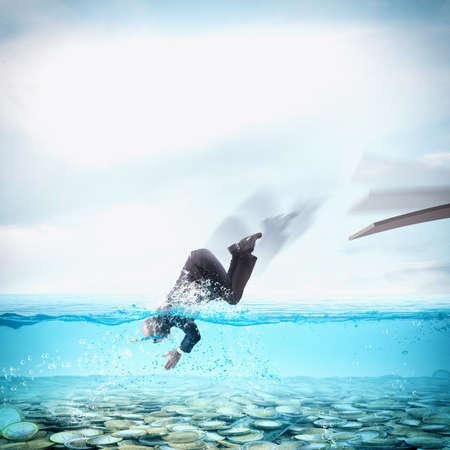 사업가는 돈의 수영장으로 다이빙 스톡 콘텐츠
