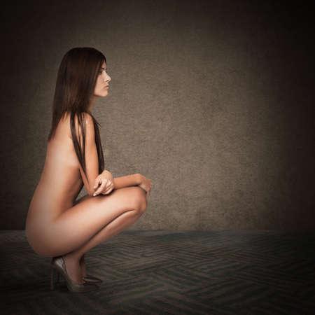 mujer sexy desnuda: Sexy mujer desnuda sentada sobre sus talones