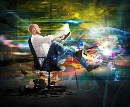 Zdziwisz biznesmen szybko transportowany z jego laptop