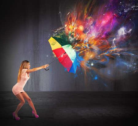 Sexy vrouw te beschermen tegen een kleuren explosie