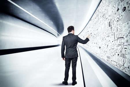 tunel: El hombre de negocios se basa en la pared del túnel
