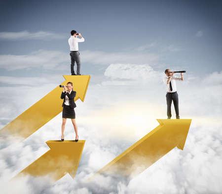 lejos: Los empresarios en el cielo ve con los prismáticos Foto de archivo