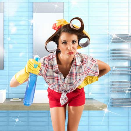guantes: Simpering ama de casa chica con guantes y aerosol