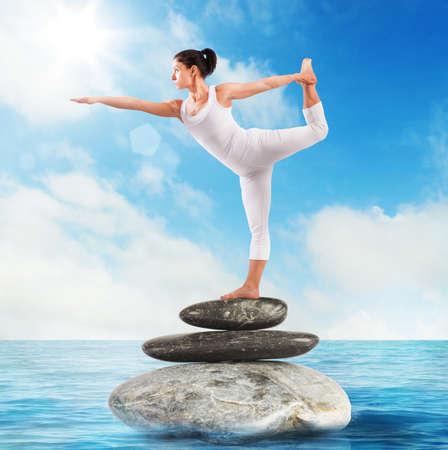 relajado: Mujer muy flexible en una posición Pilates