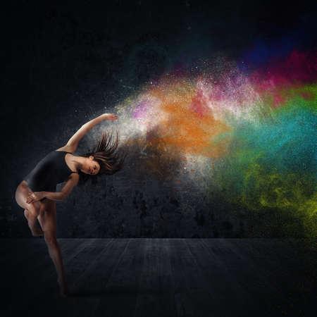 Agile vrouw danser dans met kleurpigmenten