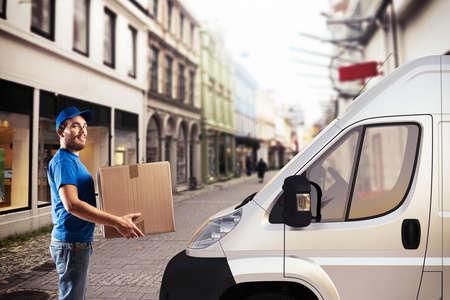 Mann mit Box neben einem LKW