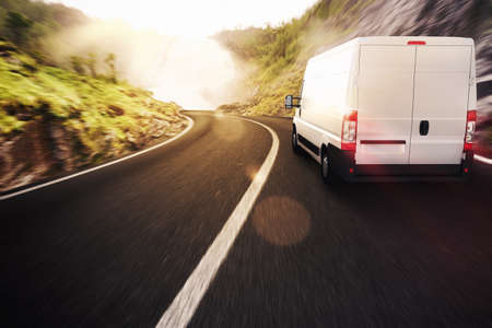運輸: 卡車在道路的自然景觀