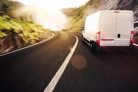 transport: Lastbil på väg i ett naturlandskap