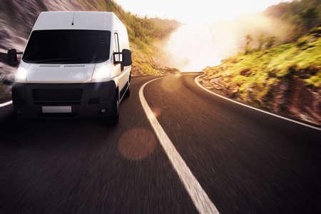 Ciężarówka na drodze w naturalny krajobraz Zdjęcie Seryjne