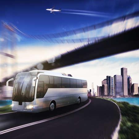 Autobús en la carretera con el puente y aviones