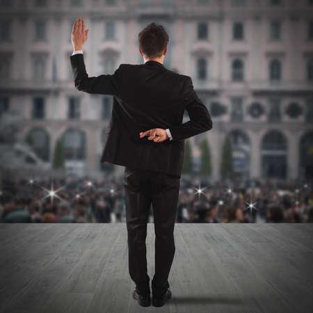 El hombre hace gesto con la mano detrás de la espalda Foto de archivo