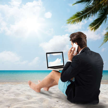 comunicarse: El hombre en la playa con celular charla