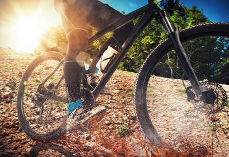 andando en bicicleta: Ciclo en la tierra con piedras y tierra