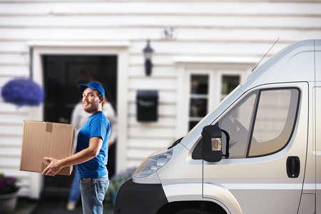 L'homme avec la boîte à côté d'un camion