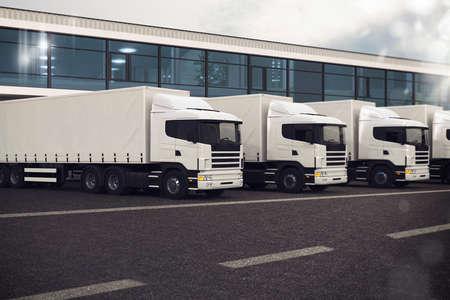 Lijn van vrachtwagens geparkeerd op de weg Stockfoto
