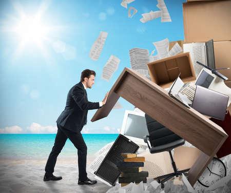 男は、ビーチからオフィス家具を移動します。