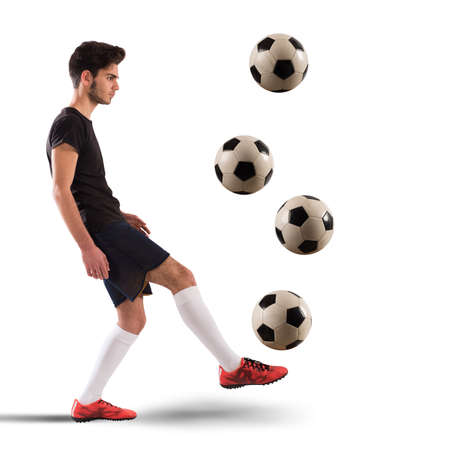 Tiener voetballer dribbelen met vier soccerball Stockfoto