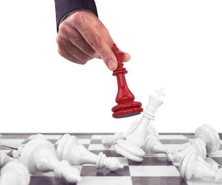Pegno di scacchi rosso scende le pedine bianche Archivio Fotografico