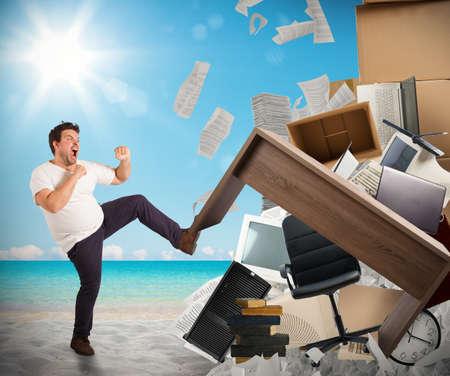 gente loca: El hombre se mueve mobiliario de oficina de la playa Foto de archivo
