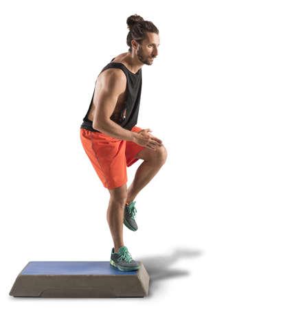 Hombre instructor hace de fitness con un paso