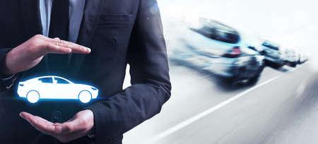 schutz: Mann hält in seinen Händen ein Auto