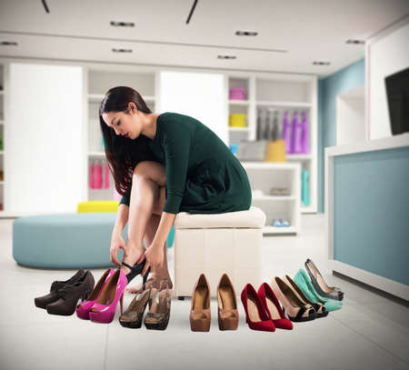 tienda zapatos: La muchacha que desgasta muchos zapatos en una tienda