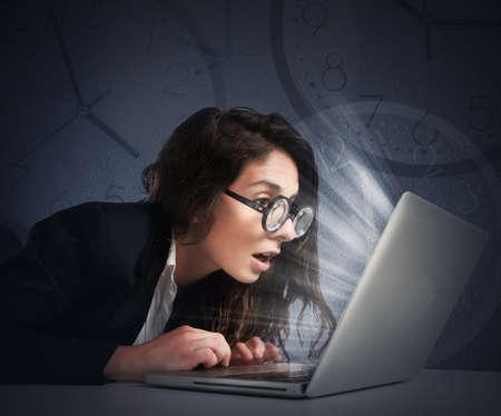 cansancio: Empresaria con las lentes que escribe en la computadora Foto de archivo