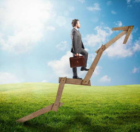 incremento: hombre confía en escalar una flecha de madera