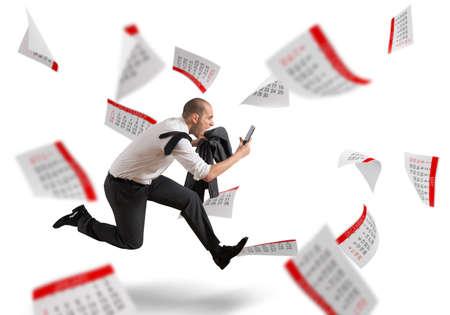 kalendarz: Mężczyzna biegnie z krzykiem z arkuszami kalendarzowych tle Zdjęcie Seryjne