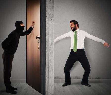 Thief frappe à la porte de l'appartement