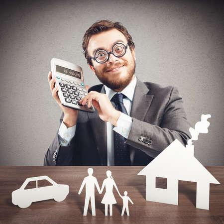 planificación familiar: Hombre con modelos de cartón calculadora y de la familia Foto de archivo