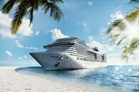 Cruising na morzu w pobliżu tropikalnej plaży