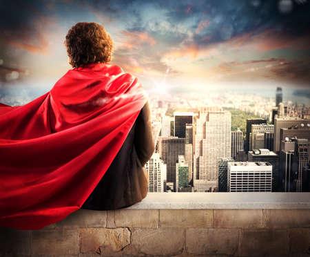 Człowiek z płaszcza widok z góry na miasto