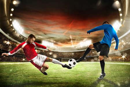 I giocatori di calcio giocano in uno stadio con il pubblico