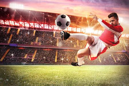 Football-Spieler spielen in einem Stadion mit Publikum