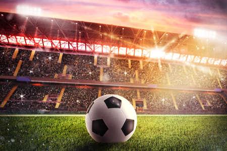 Balón de fútbol sobre el césped de un estadio