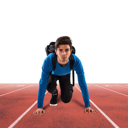 muchacho adolescente con mochila listo para correr Foto de archivo