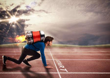 Junge mit Rakete auf dem Rücken auf Laufstrecke Standard-Bild - 58053518